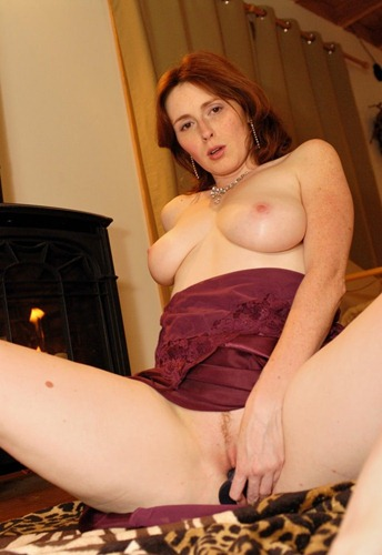 sweet-elli-nude-toying-her-pussy