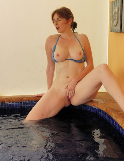 naughty-elli-nude-masturbating-at-the-pool