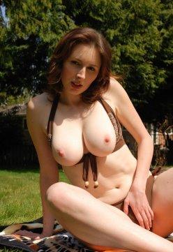 Elli Nude bikini time
